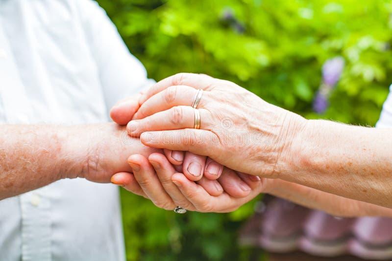ηλικιωμένο κράτημα χεριών ζ στοκ φωτογραφία με δικαίωμα ελεύθερης χρήσης