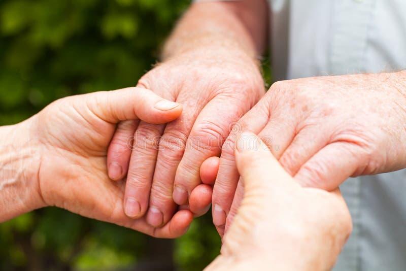 ηλικιωμένο κράτημα χεριών ζ στοκ φωτογραφία