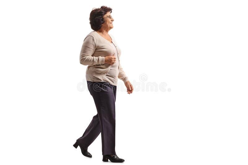 Ηλικιωμένο περπάτημα γυναικών στοκ φωτογραφία με δικαίωμα ελεύθερης χρήσης