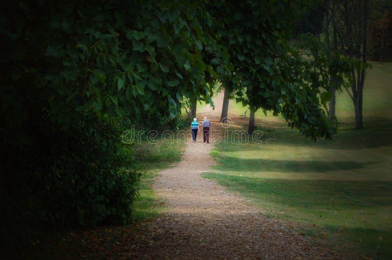 ηλικιωμένο περπάτημα ζευ&ga στοκ εικόνες με δικαίωμα ελεύθερης χρήσης