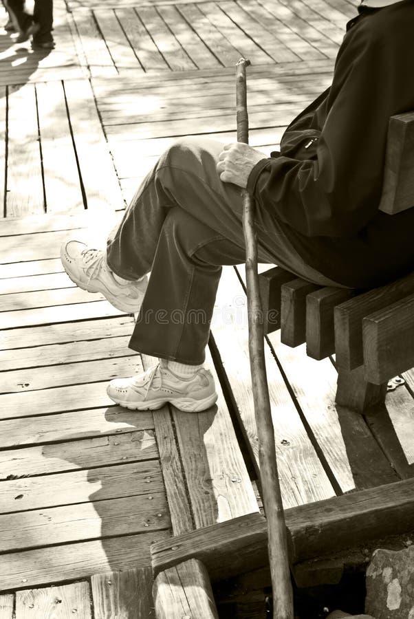 ηλικιωμένο περπάτημα ραβδιών ατόμων στοκ εικόνα με δικαίωμα ελεύθερης χρήσης
