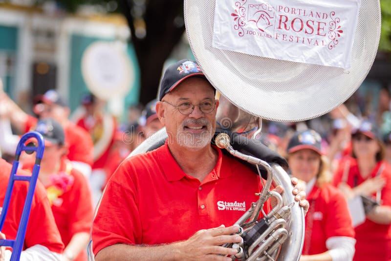 Ηλικιωμένο πρόσωπο με ένα μεγάλο tuba στοκ εικόνες