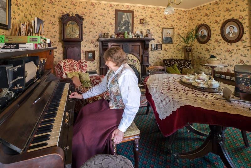 Ηλικιωμένο συνταξιούχο πιάνο παιχνιδιών γυναικών στο σπίτι της στοκ εικόνες με δικαίωμα ελεύθερης χρήσης