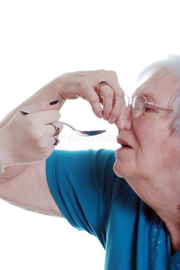 ηλικιωμένο φάρμακο που παίρνει τη δυστυχισμένη γυναίκα στοκ φωτογραφία με δικαίωμα ελεύθερης χρήσης
