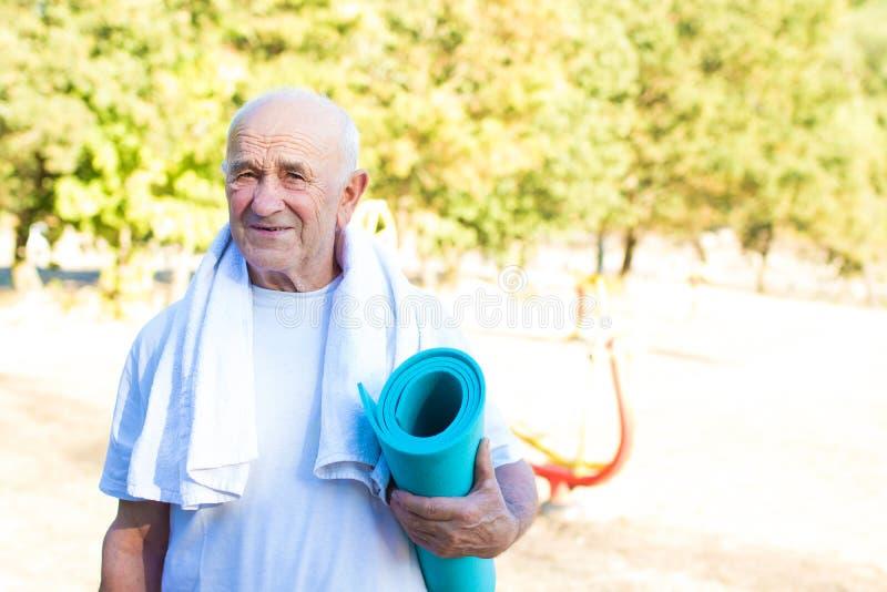 Ηλικιωμένο χαλί γιόγκας εκμετάλλευσης ατόμων στοκ εικόνες με δικαίωμα ελεύθερης χρήσης