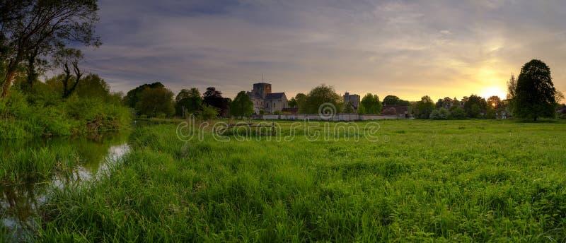 Ηλιοβασίλεμα άνοιξη πέρα από το διαγώνιο νοσοκομείο του ST, Winchester, Χάμπσαϊρ, UK στοκ εικόνες