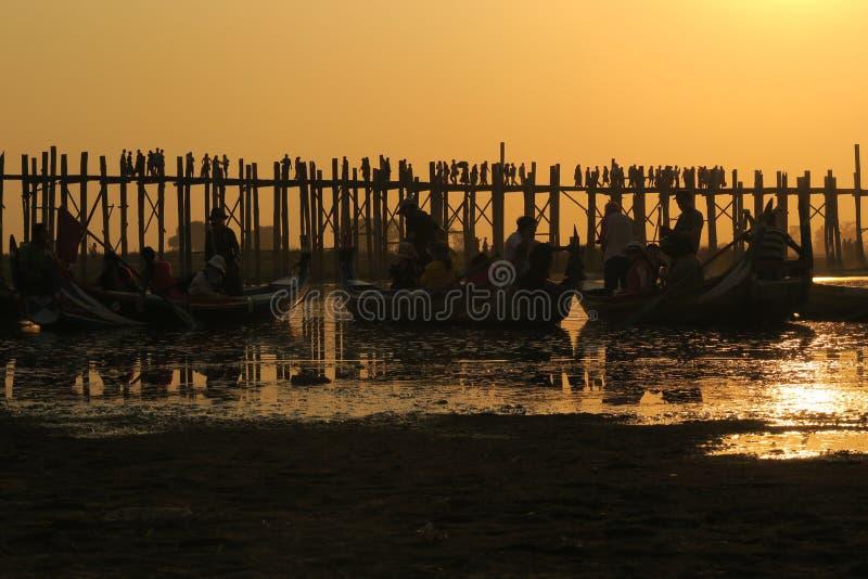 Ηλιοβασίλεμα ή ανατολή στην παραδοσιακή γέφυρα το Μιανμάρ Βιρμανία Birmanie του U του Mandalay bein στοκ εικόνες