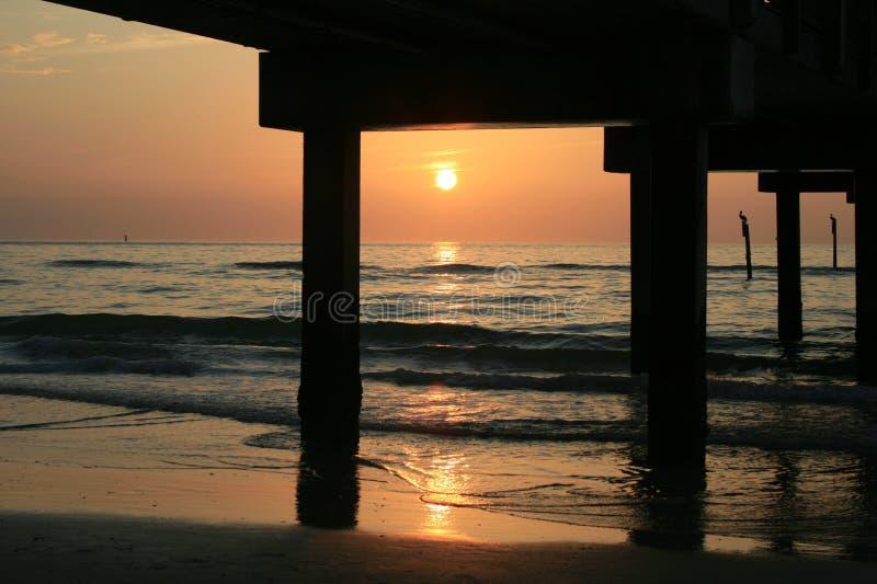 ηλιοβασίλεμα αποβαθρών κάτω στοκ φωτογραφίες με δικαίωμα ελεύθερης χρήσης