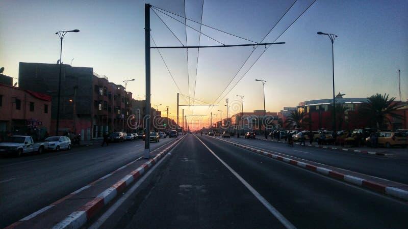 Ηλιοβασίλεμα από τη μέση του δρόμου Μαρακές στοκ φωτογραφίες