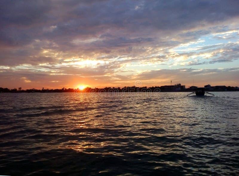 Ηλιοβασίλεμα από το ζυγοστάτη που πλησιάζει το λιμένα Lucap μετά από τον εθνικό γύρο βαρκών πάρκων νησιών Hundreed, Alaminos, Phi στοκ φωτογραφία με δικαίωμα ελεύθερης χρήσης