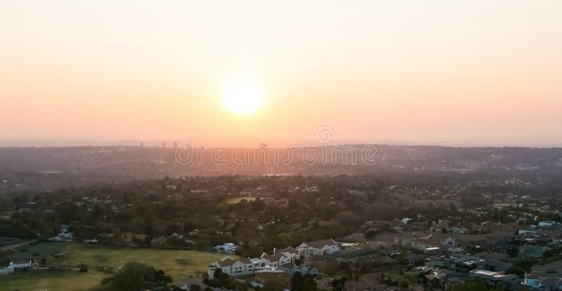 Ηλιοβασίλεμα από ψηλά κοιτάζοντας πάνω από την περιοχή Sandton και Randburg του Γιοχάνεσμπουργκ Νότια Αφρική στοκ εικόνες με δικαίωμα ελεύθερης χρήσης