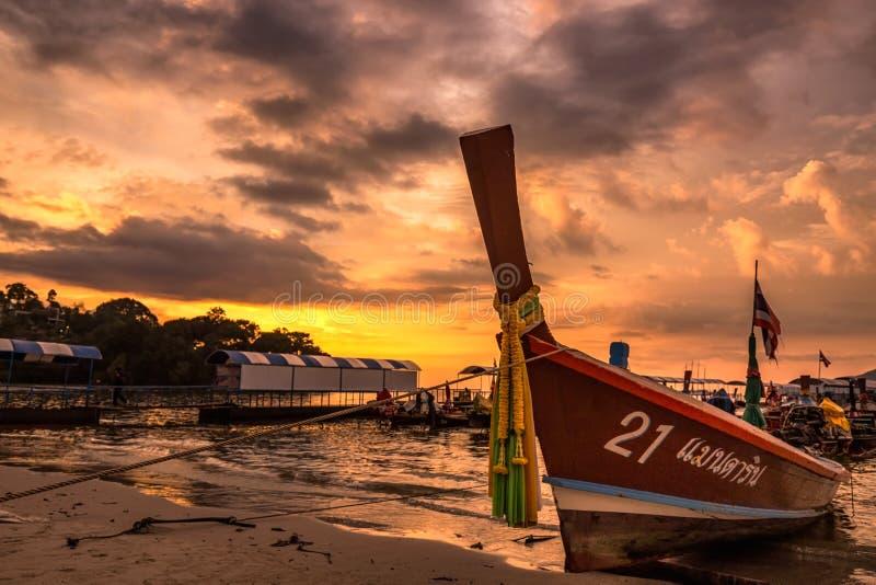 Ηλιοβασίλεμα βαρκών Longtail στοκ εικόνες