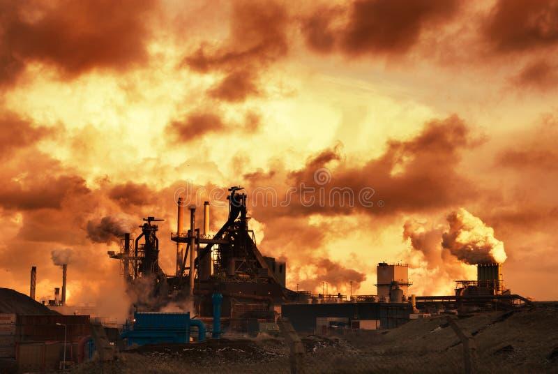 ηλιοβασίλεμα βιομηχανί&alph στοκ φωτογραφία