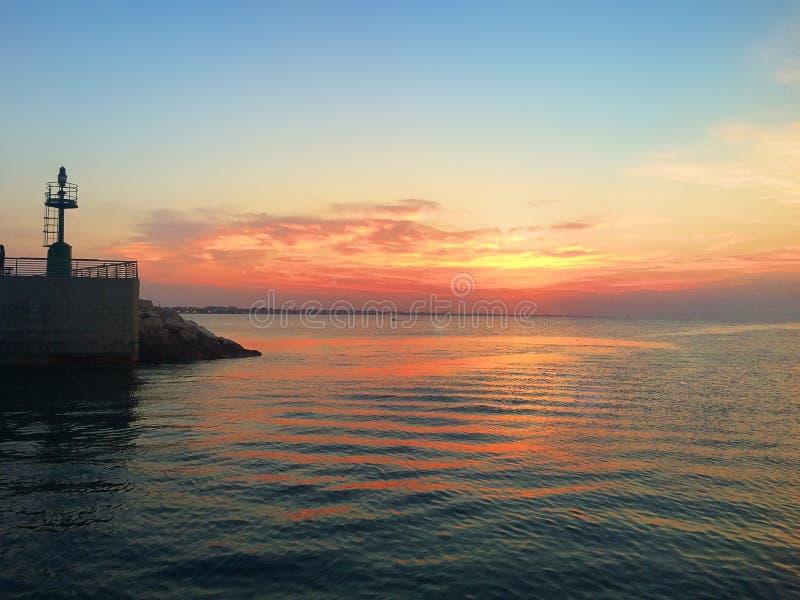 Ηλιοβασίλεμα βραδιού πέρα από την προκυμαία Rimini Ιταλία στοκ εικόνες