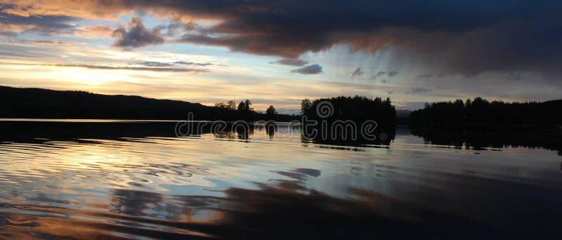 ηλιοβασίλεμα βροχής λιμνών σύννεφων στοκ φωτογραφία με δικαίωμα ελεύθερης χρήσης