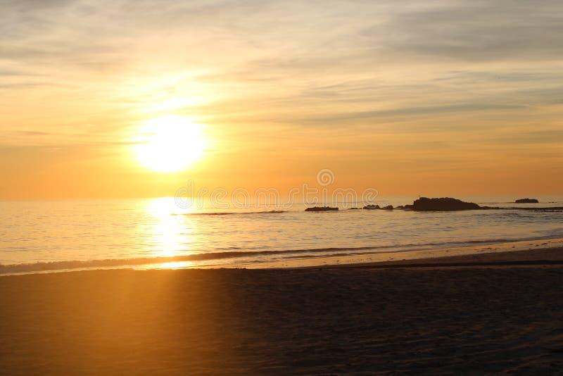 Ηλιοβασίλεμα δυτικών ακτών Καλιφόρνιας στην παραλία στοκ εικόνες