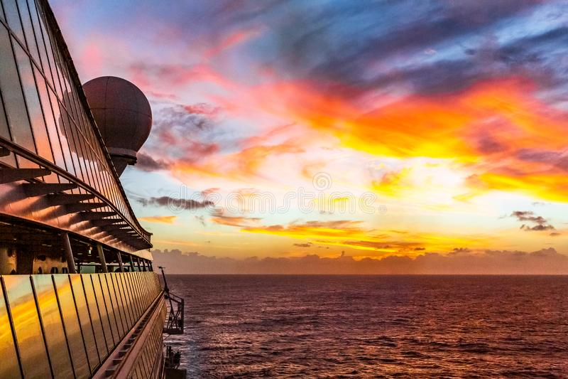 Ηλιοβασίλεμα εν πλω στοκ φωτογραφίες