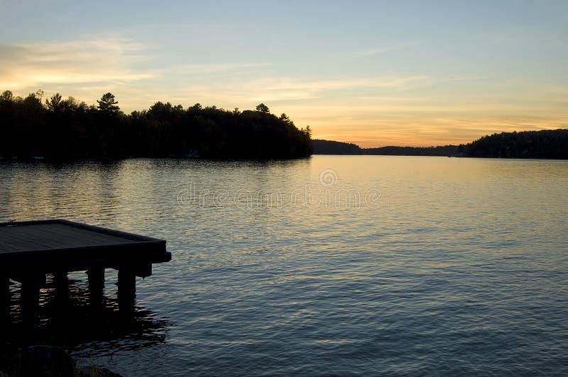 ηλιοβασίλεμα εξοχικών σπιτιών στοκ εικόνα