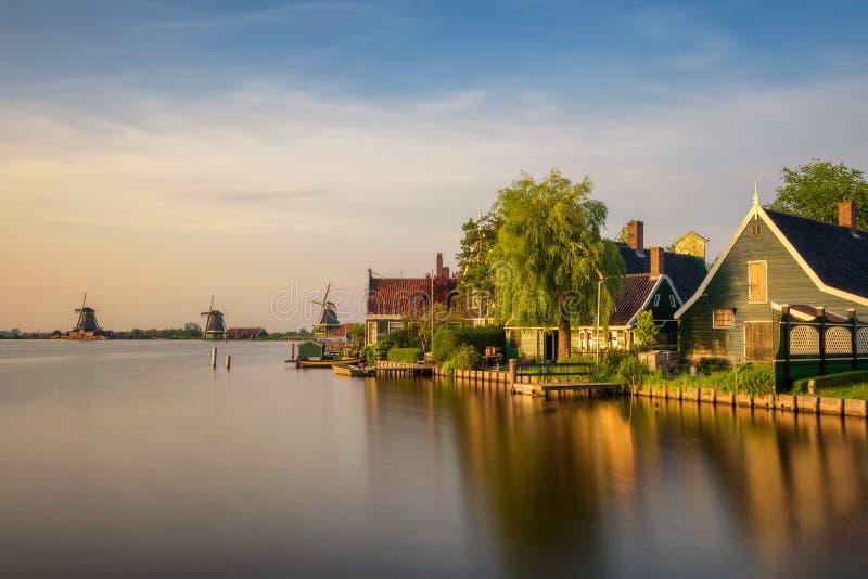 Ηλιοβασίλεμα επάνω από τα αγροτικά σπίτια και τους ανεμόμυλους Zaanse Schans στην Ολλανδία στοκ φωτογραφίες με δικαίωμα ελεύθερης χρήσης
