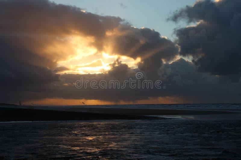 Ηλιοβασίλεμα επάνω από τη θάλασσα που βλέπει στην παραλία Katwijk, Κάτω Χώρες στοκ φωτογραφία με δικαίωμα ελεύθερης χρήσης