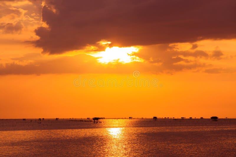 Ηλιοβασίλεμα θάλασσας στην Ταϊλάνδη στοκ εικόνα