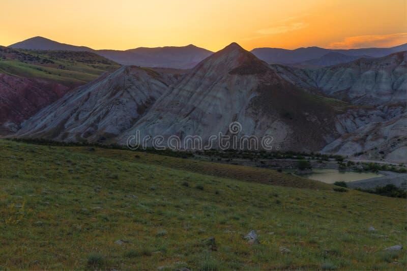 Ηλιοβασίλεμα κάπου στα βουνά στοκ εικόνες