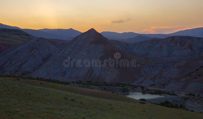 Ηλιοβασίλεμα κάπου στα βουνά στοκ φωτογραφία με δικαίωμα ελεύθερης χρήσης