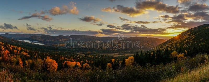 Ηλιοβασίλεμα κάπου στη νέα γη κατά τη διάρκεια του φθινοπώρου Ανατολικός Καναδάς στοκ εικόνες