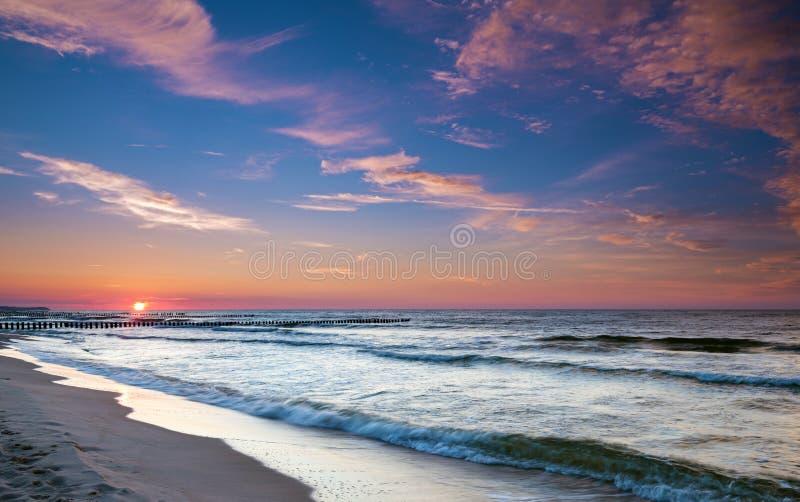 Ηλιοβασίλεμα και δραματικός ουρανός στοκ φωτογραφία