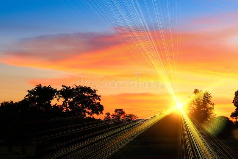 Ηλιοβασίλεμα και ελαφρύς δίκαιος ήλιος ζωηρόχρωμο σε όμορφο ουρανού και σύννεφων με το δέντρο σκιαγραφιών στη δασώδη περιοχή στοκ φωτογραφία με δικαίωμα ελεύθερης χρήσης
