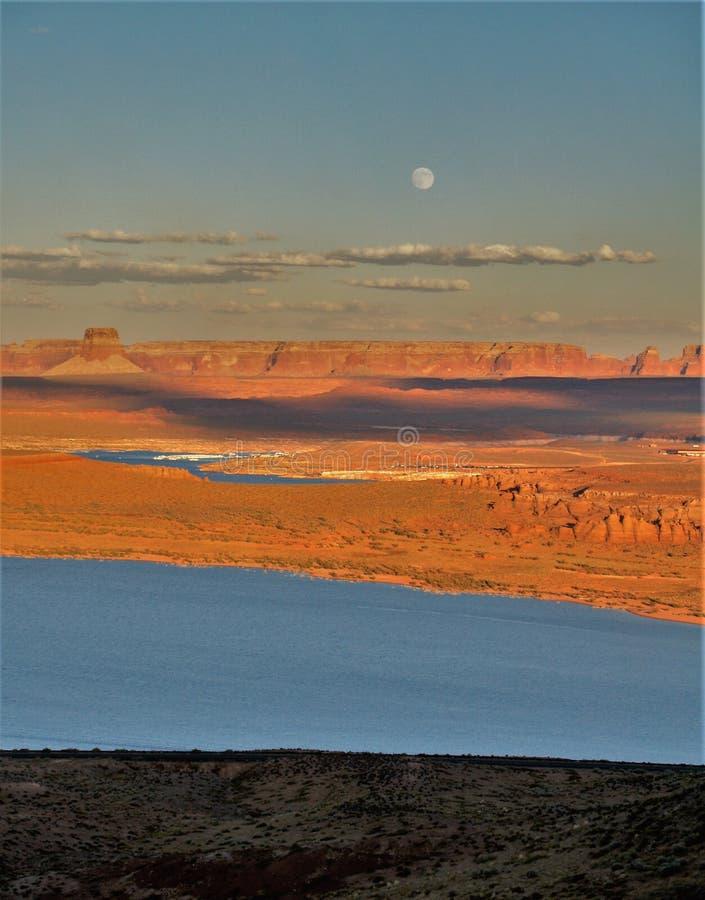 Ηλιοβασίλεμα και πανσέληνος πέρα από τη λίμνη Powell στοκ εικόνα με δικαίωμα ελεύθερης χρήσης