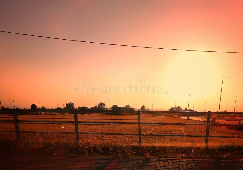 Ηλιοβασίλεμα και τομείς στην Ιταλία στοκ εικόνα με δικαίωμα ελεύθερης χρήσης
