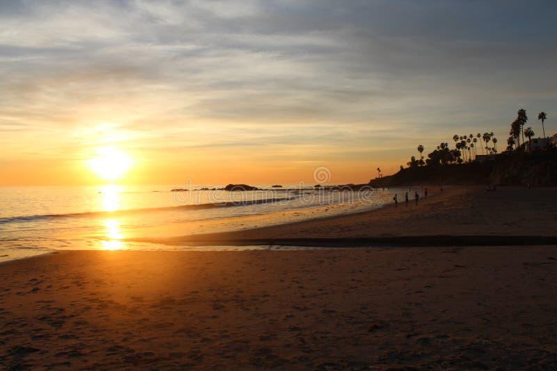 Ηλιοβασίλεμα Καλιφόρνιας στο Λαγκούνα Μπιτς στοκ εικόνα