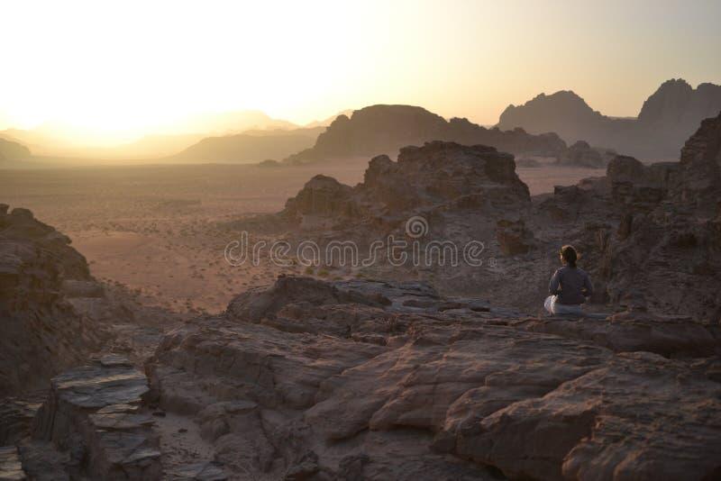 Ηλιοβασίλεμα κατά τη διάρκεια του γύρου ερήμων μέσω των αμμόλοφων άμμου της αγριότητας ρουμιού Wadi, Ιορδανία, Μέση Ανατολή, πεζο στοκ εικόνες