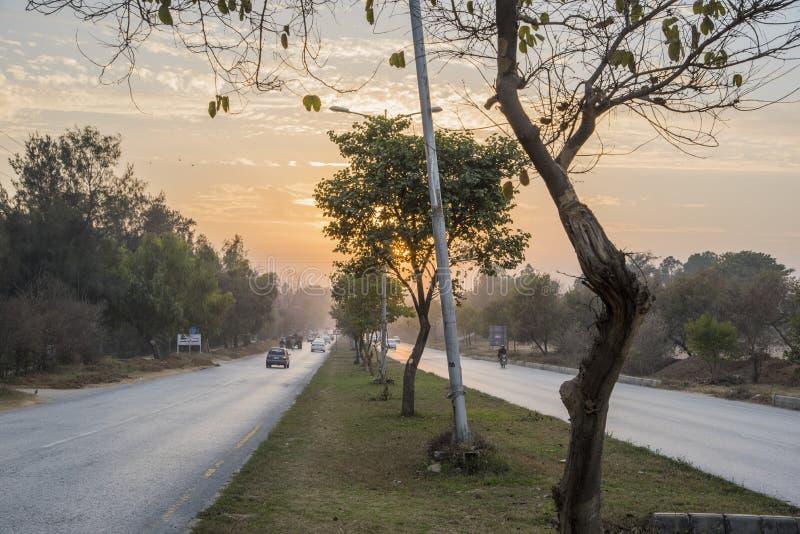 Ηλιοβασίλεμα κεντρικών δρόμων στο Ισλαμαμπάντ στοκ εικόνες