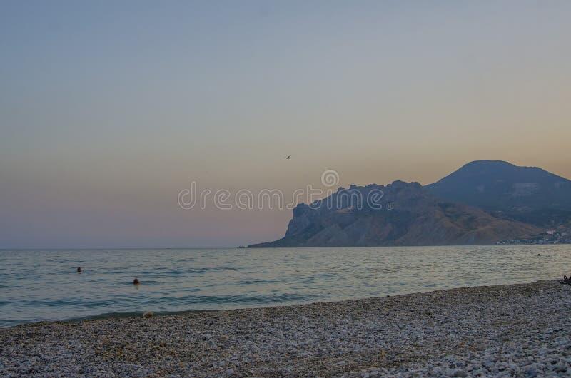 Ηλιοβασίλεμα κοντά στο βουνό στοκ φωτογραφίες με δικαίωμα ελεύθερης χρήσης