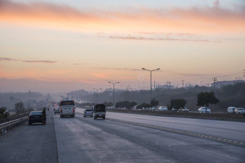 Ηλιοβασίλεμα κυκλοφορίας εθνικών οδών στο Ισλαμαμπάντ στοκ φωτογραφία με δικαίωμα ελεύθερης χρήσης