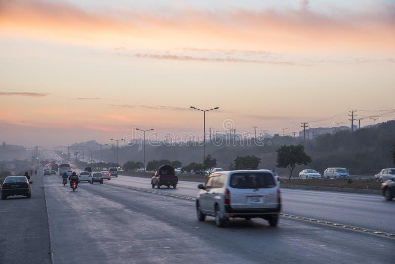 Ηλιοβασίλεμα κυκλοφορίας εθνικών οδών στο Ισλαμαμπάντ στοκ φωτογραφίες με δικαίωμα ελεύθερης χρήσης