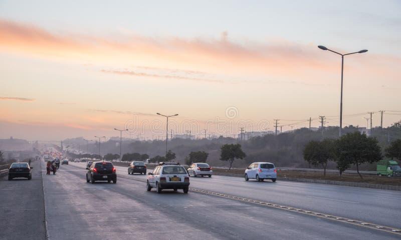 Ηλιοβασίλεμα κυκλοφορίας εθνικών οδών στο Ισλαμαμπάντ στοκ εικόνες