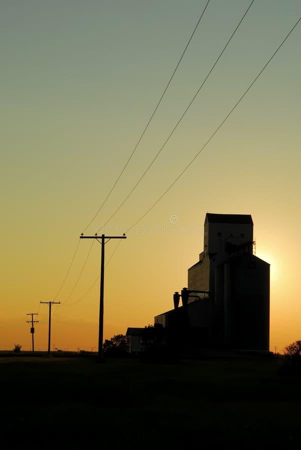 ηλιοβασίλεμα λιβαδιών σιταριού ανελκυστήρων στοκ φωτογραφία με δικαίωμα ελεύθερης χρήσης