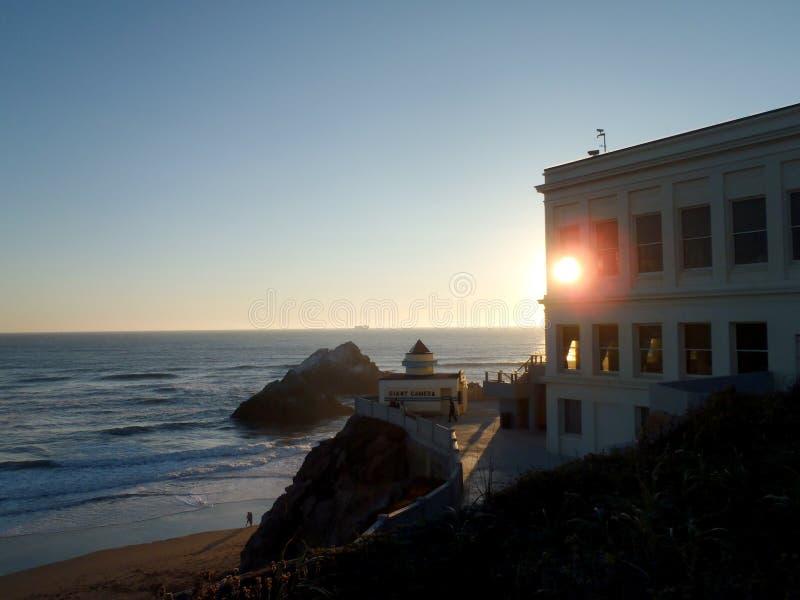 Ηλιοβασίλεμα μέσα από τα παράθυρα του Cliff House στοκ εικόνα με δικαίωμα ελεύθερης χρήσης