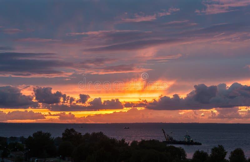 Ηλιοβασίλεμα με τα σύννεφα πέρα από τη θάλασσα στοκ εικόνες με δικαίωμα ελεύθερης χρήσης