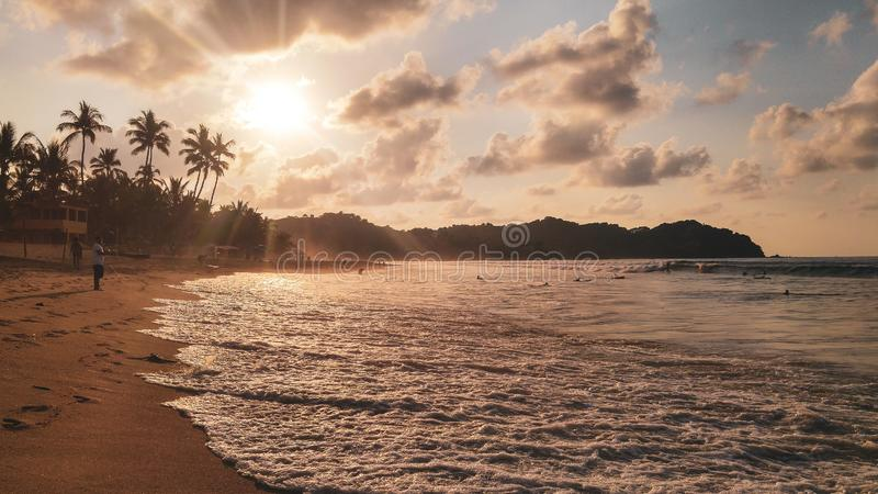 Ηλιοβασίλεμα με τους φοίνικες στην παραλία Sayulita στοκ εικόνα με δικαίωμα ελεύθερης χρήσης
