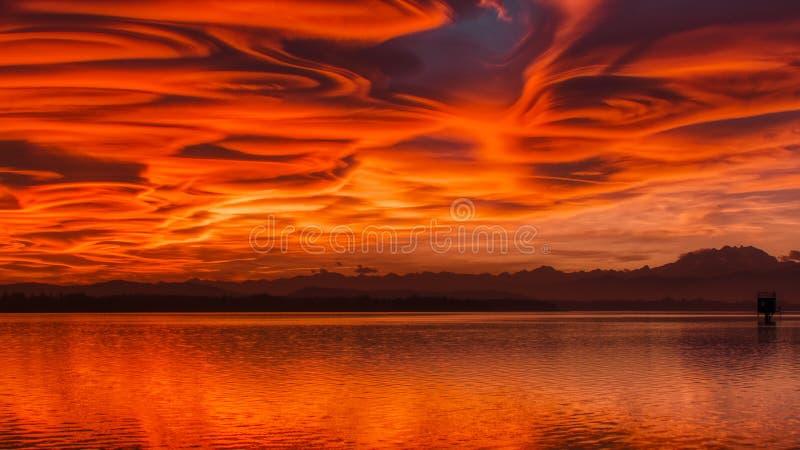 Ηλιοβασίλεμα πάνω από τη λίμνη Βαρέζε στοκ εικόνα