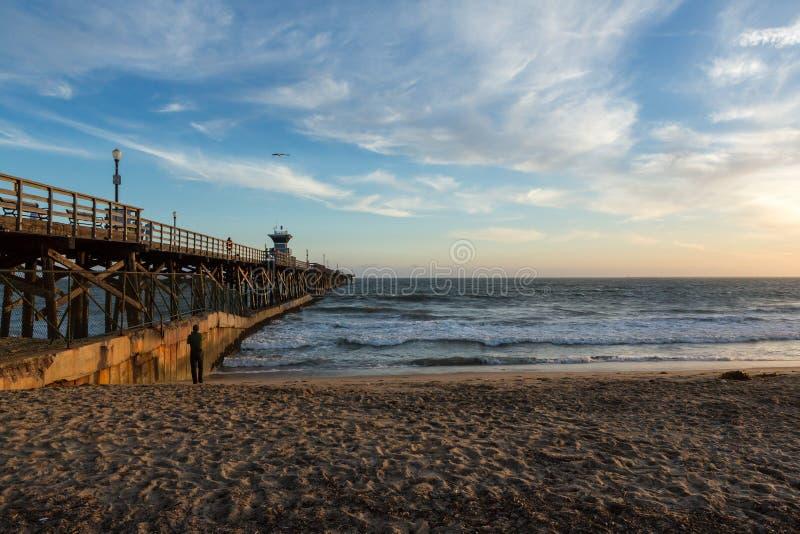 Ηλιοβασίλεμα πέρα από μια ωκεάνια αποβάθρα στη δυτική ακτή στοκ εικόνες με δικαίωμα ελεύθερης χρήσης