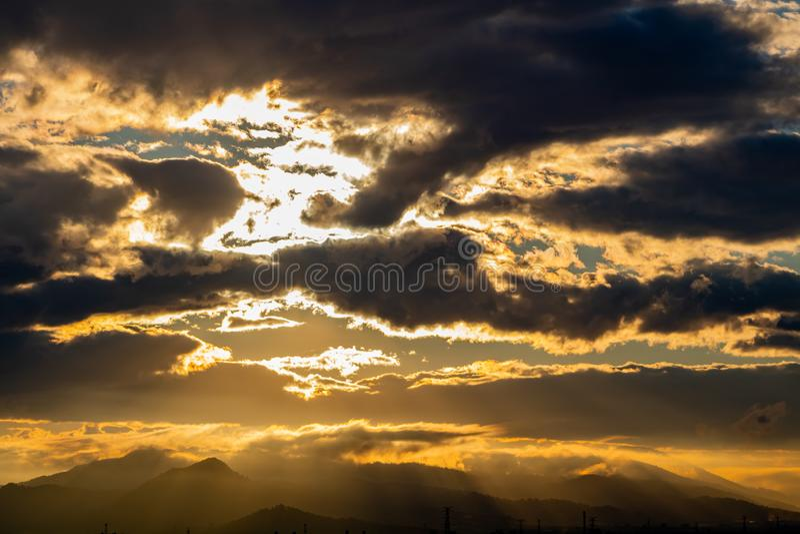 Ηλιοβασίλεμα πέρα από τα βουνά στοκ εικόνες