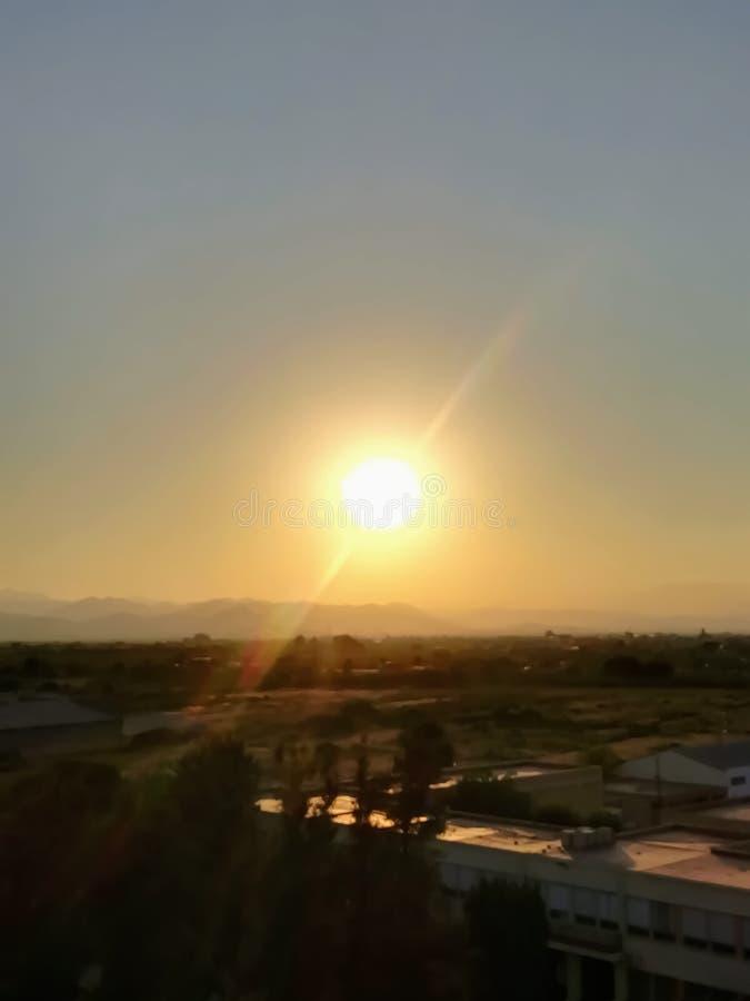 Ηλιοβασίλεμα πέρα από τα βουνά στους πορτοκαλιούς και κίτρινους τόνους στοκ φωτογραφίες