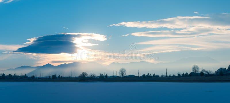 Ηλιοβασίλεμα πέρα από τα δύσκολα βουνά στοκ φωτογραφίες