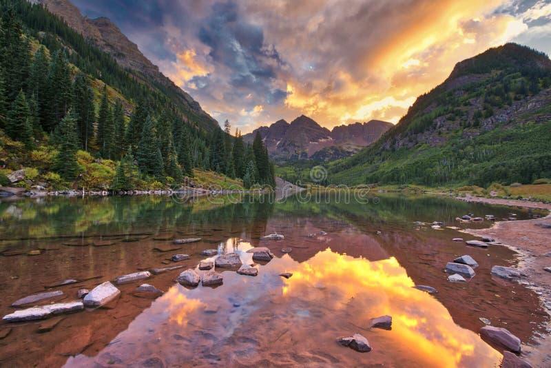 Ηλιοβασίλεμα πέρα από τα καφέ κουδούνια Κολοράντο, ΗΠΑ στοκ εικόνα