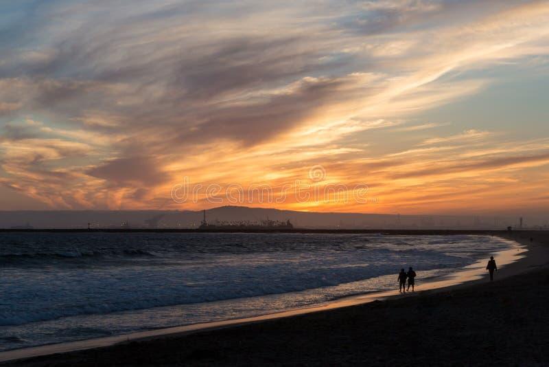 Ηλιοβασίλεμα πέρα από τα κύματα που χτυπούν την παραλία στη δυτική ακτή στοκ εικόνες